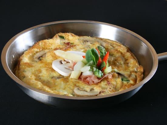 Omelet met asperges en champignons