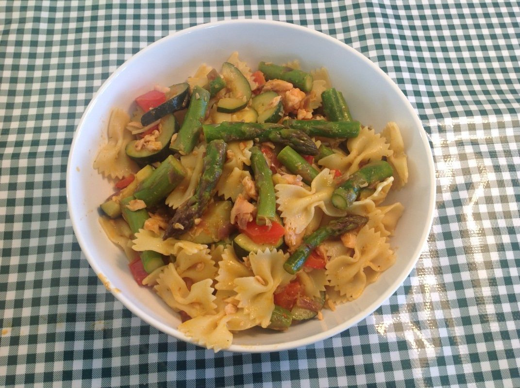 Pasta met groene asperges en zalm