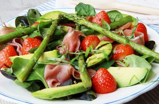 Salade: asperges, aardbeien en avocado