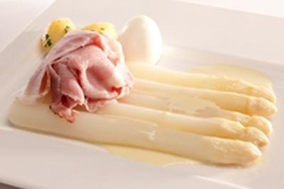 Witte asperges op traditionele wijze