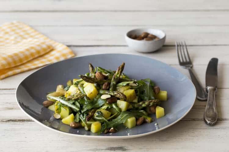 Lauwwarm gerecht met nieuwe aardappelen, feta en groene asperges